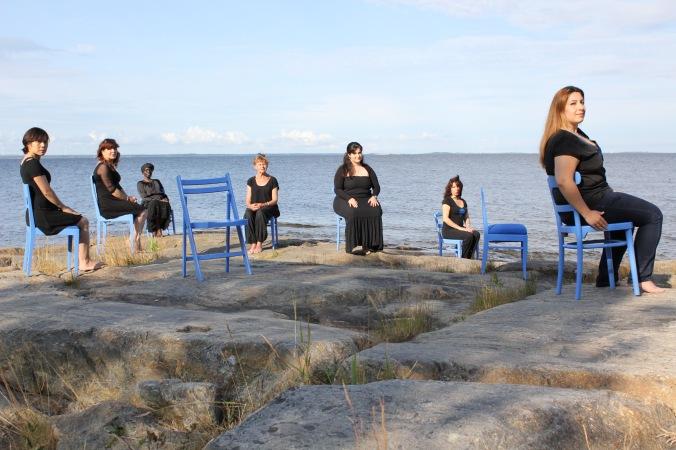 Molnskugga. Performance, på Norrbyskär, en ö 40 km söder om Umeå. Haikudikter om havet av Tomas Tranströmer läses.